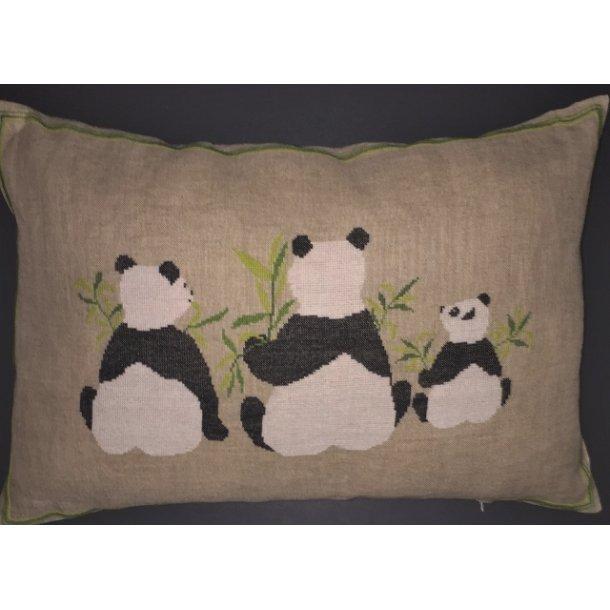 Sød Panda pude fra Håndarbejdets Fremme i natur hør 10 tråde, 5 sting pr. cm
